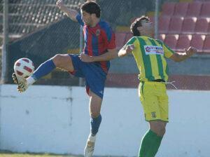João Fernandes a lutar pela bola frente a um adversário do Macedo Cavaleiros