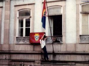 Um adepto festeja a subida na varanda da antiga sede do GD Chaves